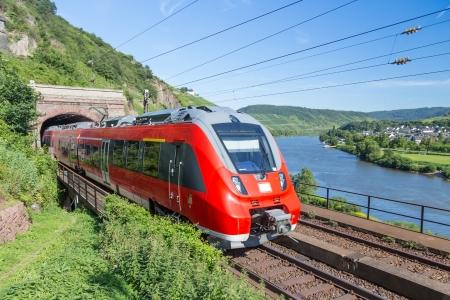 treno espresso: Tedesco treno Intercity vicino fiume Mosella Editoriali