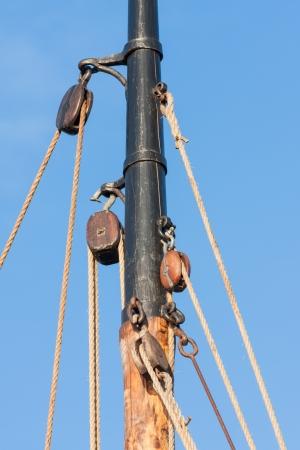 poleas: Mástil y aparejo del barco de vela de madera vieja