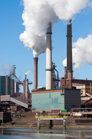 Steel factory with big chimneys in IJmuiden, the Netherlands Stockfoto