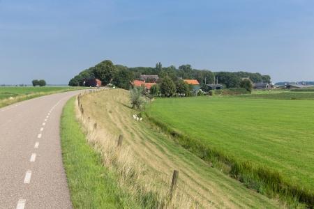 Niederländischen Landschaft im Landesinneren mit Deich und Wiesen