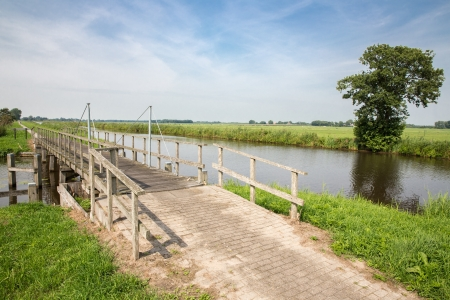 Wooden bridge in Dutch National Park Weerribben Stockfoto