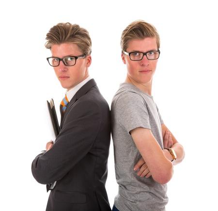 Jumeaux de sexe masculin en cravate noire et costume décontracté Banque d'images