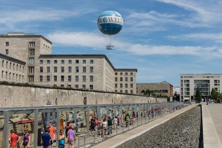 BERLIN, DEUTSCHLAND - 24. Juli Reste der Berliner Mauer und Welt-Ballon, die Touristen 150 Meter nimmt in der Luft über der Stadt am 24. Juli 2013 in Berlin, Deutschland Standard-Bild - 22892629