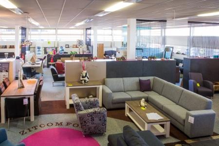 Grote showroom van het moderne meubelzaak Stockfoto