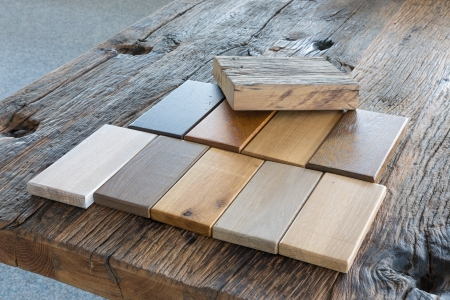 Samples of different kinds of wood in furniture shop Stockfoto