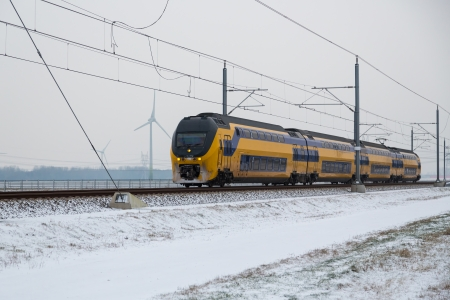 Train in Dutch rural winter landscape Stockfoto