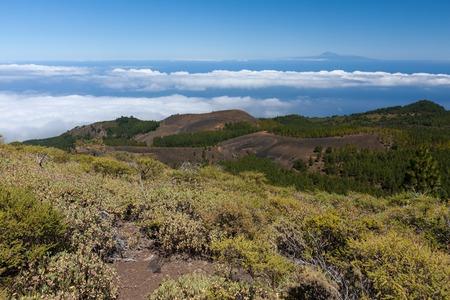 chilometro: Paesaggio vulcanico di La Palma con una vista a Tenerife 100 chilometri di distanza sopra l'oceano