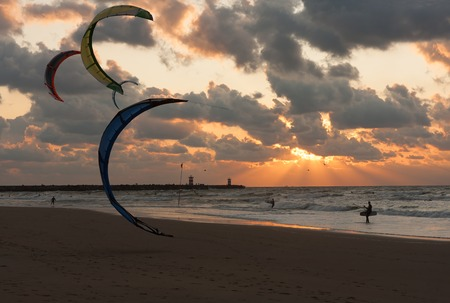 Kite surfing in the sunset at the beach of Scheveningen, the Netherlands Stockfoto