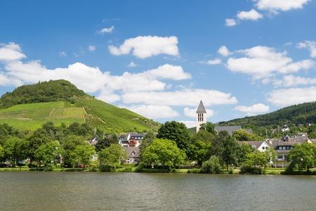 Kleine stad Bullay langs de rivier de Moezel in Duitsland Stockfoto - 26964666