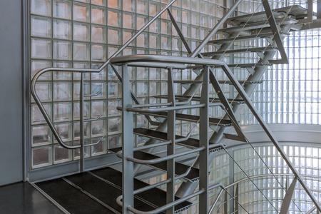 baranda para balcon: Escalera de acero en un moderno edificio de oficinas Foto de archivo
