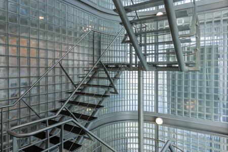 近代的なオフィスビルで鉄の階段