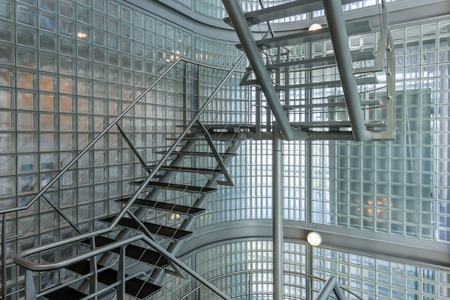 Stalen trap in een modern kantoorgebouw