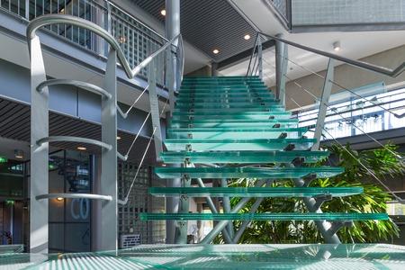 escalera: Escalera de cristal en un moderno edificio de oficinas