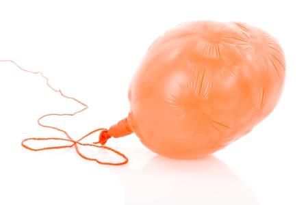 ロープ; オレンジ デフレートバルーン白い背景に分離