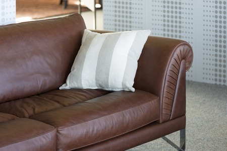Brown leather bench in a furniture showroom Stockfoto