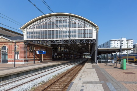 spoor: THE HAGUE, THE NETHERLANDS - SEP 18:  Passengers waiting for a train arrival at the train station of Holland Spoor on September 18, 2014 in The Hague, the Netherlands