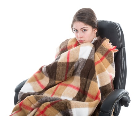 belle brunette: Femme avec une couverture assis dans un fauteuil, isol� au fond blanc