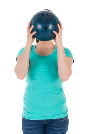 Vrouw houdt een bowling bal net voor haar hoofd, geïsoleerde over wit Stockfoto - 38117859