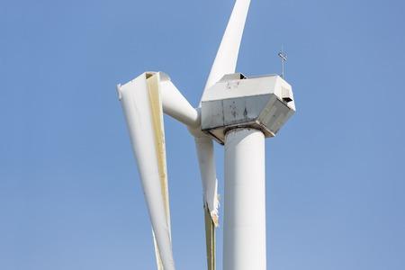 Windturbine met gebroken vleugels na een zware storm van de lente in Nederland Stockfoto - 38748338