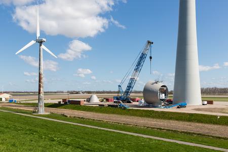 Niederländisch Ackerland mit Ersatz alter Wind tubines durch riesige neue Windenergieanlagen Standard-Bild - 43526237