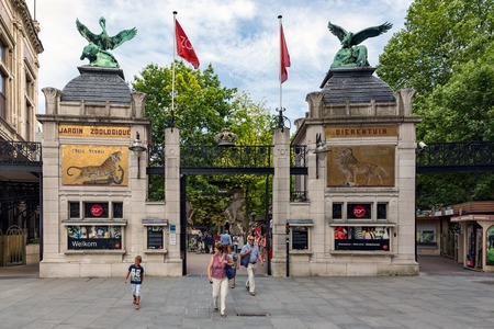 ANTWERP, BELGIUM - AUG 11: People at the entrance of the Antwerp Zoo downtown in the city on August 11, 2015 in Antwerp, Belgium 新闻类图片