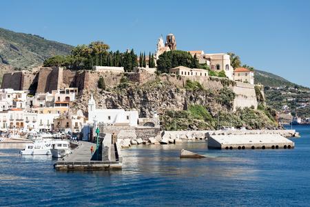 Havenmening van Lipari, Eolische eilanden dichtbij Sicilië, Italië Stockfoto - 61157498