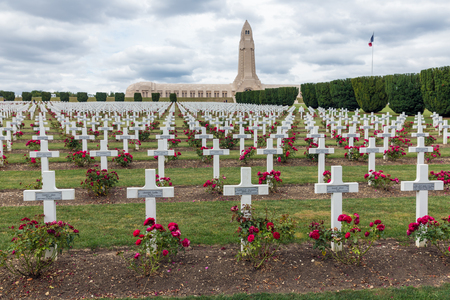 VERDUN, フランス - 2016 年 8 月 19 日: Douaumont 納骨堂とヴェルダンの戦いで死んだ最初の世界大戦 1 つの兵士のための墓地