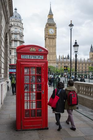 cabina telefonica: LONDRES, INGLATERRA - 8 DE JUNIO DE 2017: Caja de la gente y de la llamada en el cuadrado del parlamento cerca de Big Ben en Londres, Reino Unido