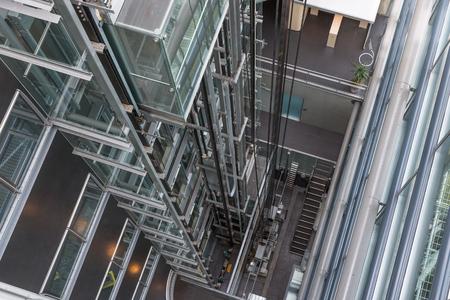 현대 오피스 빌딩의 오픈 엘리베이터 샤프트에서 아래를 내려다 보며