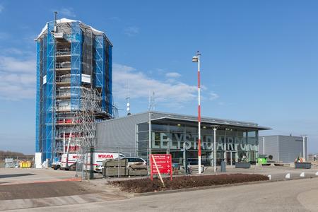 Lelystad, 네덜란드 -2018 년 2 월 2 일 : 컨트롤 타워 Lelystad 공항 건설. Lelystad는 Schiphol에 이어 네덜란드의 두 번째 공항이 될 예정입니다