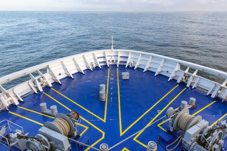 Newcastle, Angleterre - 18 mai 2018: Navire de proue de ferry avec des engins d'amarrage comme des treuils et des chaînes d'ancre