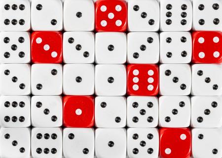 Motif de fond de dés blancs ordonnés au hasard avec six cubes rouges Banque d'images