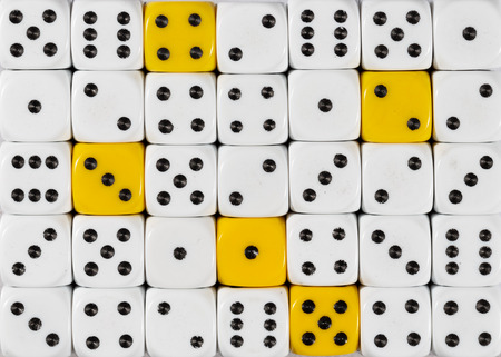Pattern background of random ordered white dices with five yellow cubes Foto de archivo
