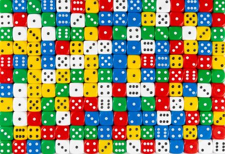 Pattern di sfondo di dadi rossi, bianchi, gialli, blu e verdi ordinati casualmente Archivio Fotografico