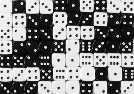 Motif de fond de 70 dés noirs et blancs ordonnés au hasard