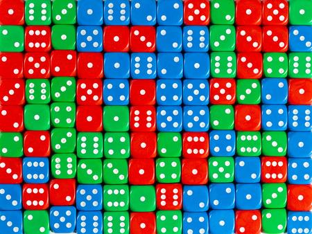 Motif de fond de dés rouges, verts et bleus ordonnés au hasard