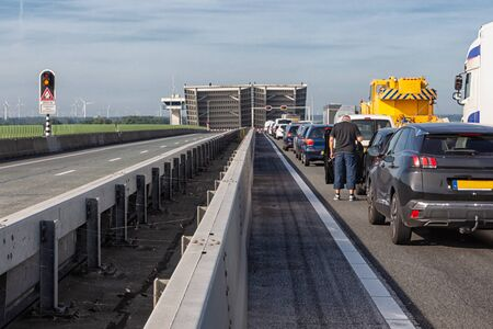 Waiting cars for opened bridge of Dutch Ketelbrug between Emmeloord and Lelystad Stockfoto