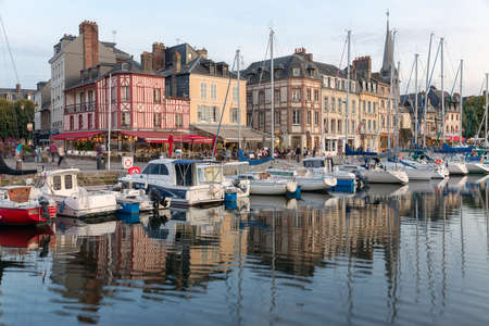 HONFLEUR, FRANCE - AUGUST 24, 2017: Harbor of historic city Honfleur with sailing ships and restaurants Redactioneel