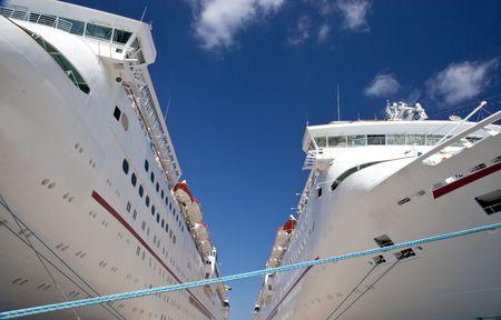 docked: Dos cruceros atracado en el muelle en el puerto de escala Foto de archivo