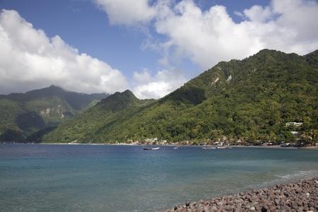 Caribische kant van de zuidelijke einde van het eiland van Dominica, tonen zowel de zee als het binnenland regenwoud.