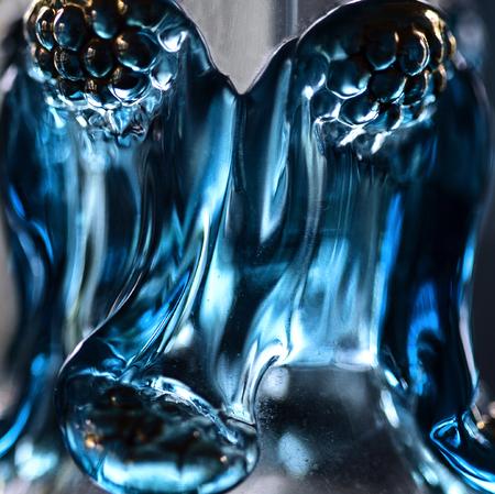 Close-up van de details van antieke blauwe glazen karaf - verticaal Stockfoto