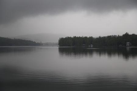 Regenachtige ochtend op Little Squam Lake, New Hampshire