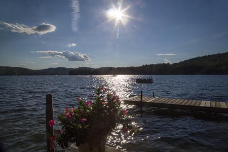 Dock, duikplatform, en boten in New Hampshire meer op mooie dag