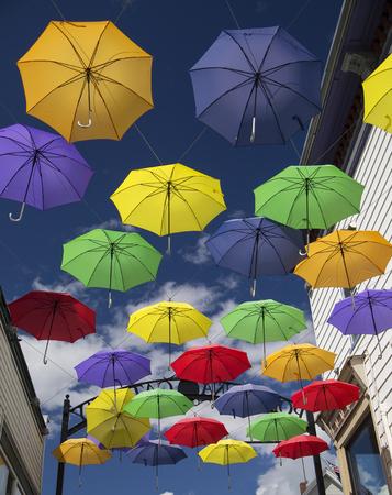 Weergave van kleurrijke paraplu's op Main Street in Littleton, New Hampshire