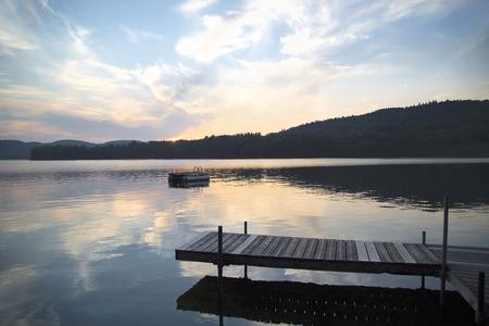 Een dok en duiken platform in Little Squam Lake, New Hampshire, bij zonsondergang