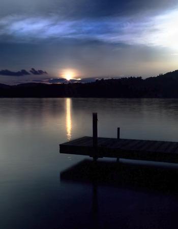 Dok op Squam Lake in New Hampshire bij zonsondergang