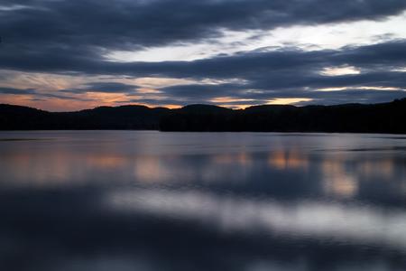 Squam Lake, New Hampshire, net nadat de zon achter de bergen heeft gezet Stockfoto