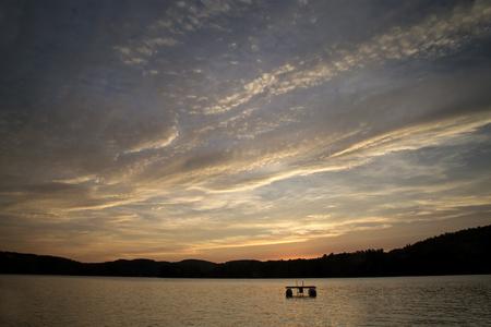 Interessante zonsondergang met wolken boven Squam Lake, New Hampshire