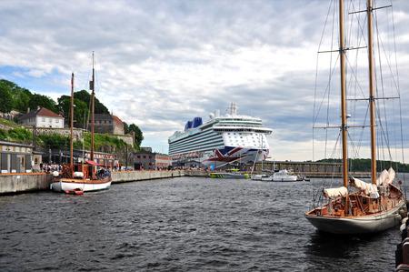 Oslo Hafen mit Kreuzfahrtschiff und Fort Akershus. Standard-Bild - 92852273
