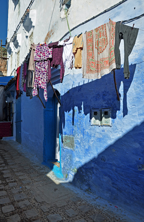 Drying laundry in the ancient city Chefchaouen, Morocco. Banque d'images